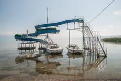小船被停泊在被放弃的幻灯片,斯特鲁加,马其顿下 图库摄影