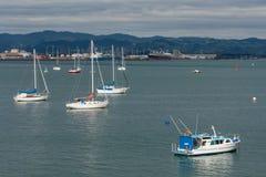 小船被停泊在陶朗阿港口 免版税图库摄影
