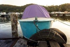 小船被停泊对码头在日落背景 免版税库存照片