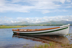 小船被停泊的killarney湖 图库摄影