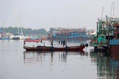 小船被栓对有fishings小船和其他小船的渔船 库存照片