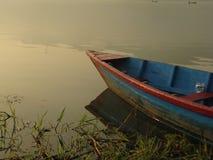 小船被栓对Fewa湖岸  库存图片