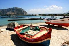小船西西里人五颜六色的钓鱼的巴勒&# 免版税库存照片