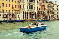 小船警察巡逻,威尼斯,意大利 免版税库存图片