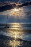 小船谎言孤立无援在岸在沙丘 免版税图库摄影