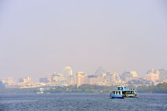 小船轮渡在西部附近的杭州湖 库存图片
