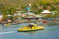 小船运载的水和燃料对参观的游艇在迎风群岛 图库摄影