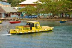 小船运载的水和燃料对参观的游艇在迎风群岛 库存照片