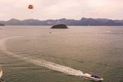 小船运输的降伞乘驾通过马六甲海峡 马来西亚 图库摄影