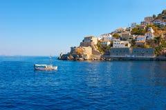 小船进入的九头蛇海岛视图在希腊 免版税库存照片