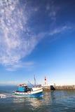 小船进入的钓鱼海港 库存图片