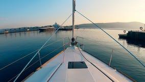 小船通过港口浮动 股票视频