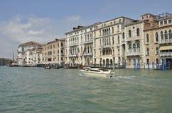 小船通道反映顶房顶出租汽车行程威尼斯式威尼斯 免版税图库摄影