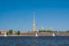 小船通道彼得斯堡河圣徒st视图 有船嘴装饰的专栏在晴天 圣彼德堡俄罗斯 库存图片