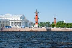 小船通道彼得斯堡河圣徒st视图 有船嘴装饰的专栏在晴天 圣彼德堡俄罗斯 免版税图库摄影