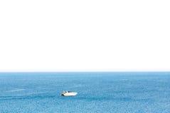 小船速度在有隔绝的蓝色海在白色背景泰国 免版税库存图片