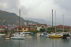 小船钓鱼海港 小游艇船坞Kalimanj在蒂瓦特镇在一有雾的秋天天 黑山 免版税图库摄影