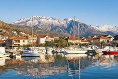 小船钓鱼海港 小游艇船坞Kalimanj在蒂瓦特镇在与Lovcen山在背景中,黑山的一个冬日 库存照片