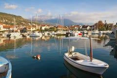 小船钓鱼海港 小游艇船坞Kalimanj在蒂瓦特镇在与Lovcen山的一晴朗的秋天天在背景中 黑山 免版税库存图片