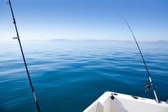小船钓鱼竿在地中海蓝色海 免版税库存图片