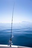 小船钓鱼竿在地中海蓝色海 免版税图库摄影
