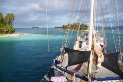 小船附近的海岛在圣布拉斯,巴拿马群岛  免版税库存图片