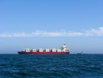 小船集装箱船猛拉 免版税图库摄影