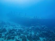 小船雪松自豪感击毁在亚喀巴,约旦,红海 免版税库存图片