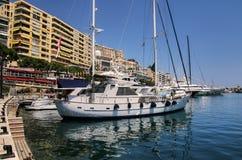 小船靠了码头在口岸赫拉克勒斯在摩纳哥的拉康达明病区里 免版税库存图片
