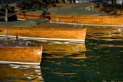 小船靠了码头木 库存图片