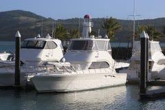 小船靠了码头whitsunday海岛的海滨广场 库存图片