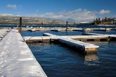 小船靠码头冬天 库存照片