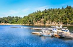 小船靠码头在水上飞机终端 免版税库存照片
