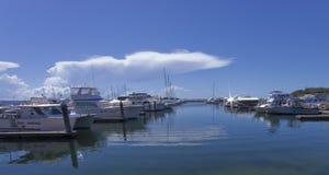 小船靠码头在海滨广场 免版税库存照片