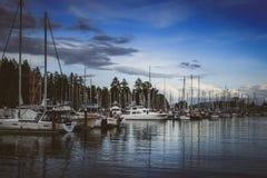 小船靠码头在煤炭港口 免版税图库摄影