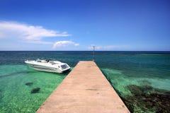 小船靠码头的乐趣 免版税库存照片