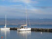 小船靠码头在湖边平地 免版税库存图片