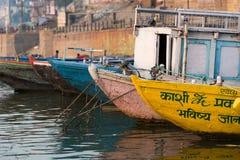 小船靠码头在Ghat在瓦腊纳西,印度 免版税库存图片