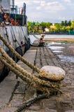 小船靠码头对在索佐波尔港的停泊系船柱在太阳 免版税库存图片