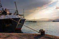 小船靠码头对在索佐波尔港的停泊系船柱在太阳 库存图片