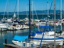 小船靠码头对小游艇船坞 免版税库存照片