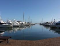 小船靠码头的游艇 库存照片