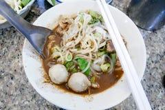 小船面条泰国食物在桌里 库存图片