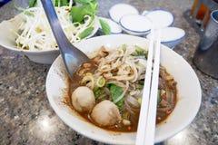 小船面条泰国食物在桌里 免版税库存照片