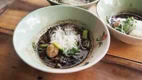 小船面条牛肉超级辣泰国食物关闭 免版税库存图片