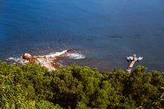 小船顶视图在水停泊了在岩石附近 库存图片