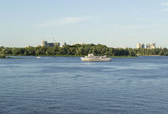 小船风帆慢慢地沿河 免版税图库摄影