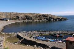 小船风雨棚在湖的Titicac小港口Taquile海岛 免版税库存照片