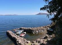 小船风雨棚在湖的Titicac小港口Taquile海岛 免版税库存图片