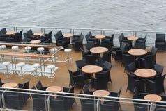 小船餐馆桌和椅子在甲板 免版税库存图片